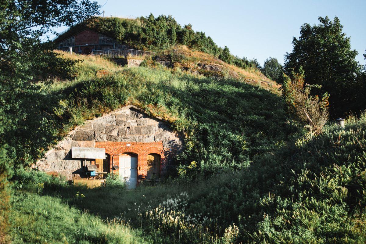 Vallisaaren linnoitukset ja kesyttämätön luonto houkuttelevat seikkailuihin.