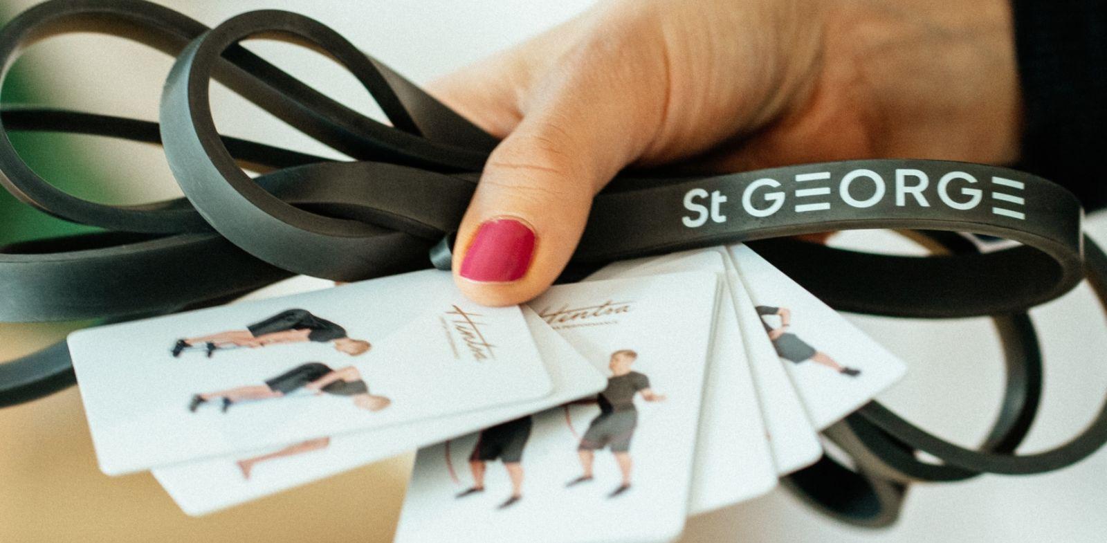 Hotel St. George hyvinvointivalmentaja Marko Dombi näyttää kolme kuminauhaliikettä, joilla aloitat päiväsi energisesti!