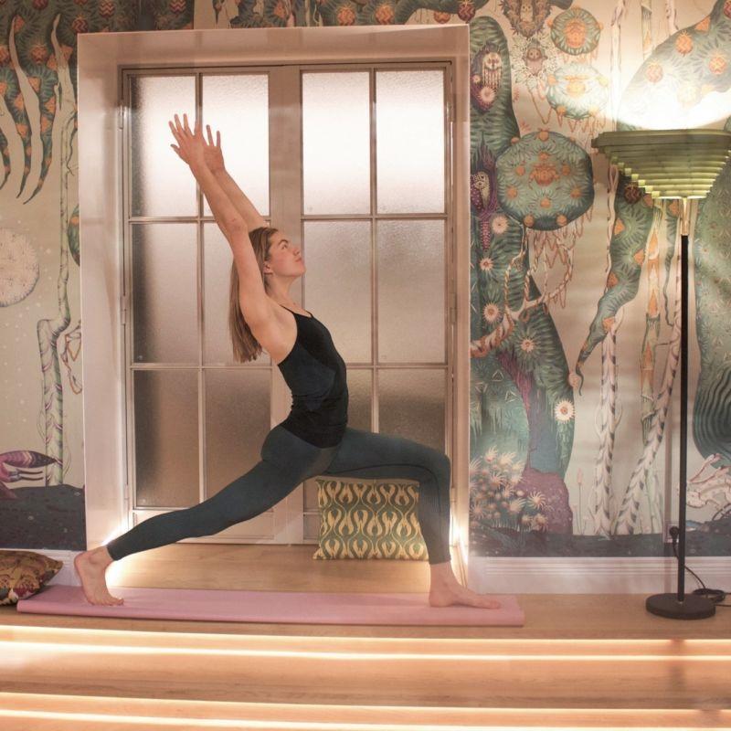 Virtaus-jooga kehittää liikkuvuuden lisäksi voimaa ja tasapainoa, auttaa parantamaan kehotietoisuutta sekä vähentämään stressiä.