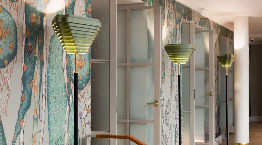 Alvar Aalto A805: Artekin valaisinklassikko vaihtoi väriä Hotel St. Georgessa